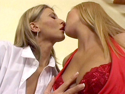 Masturbating Lesbo Dildo Drilled